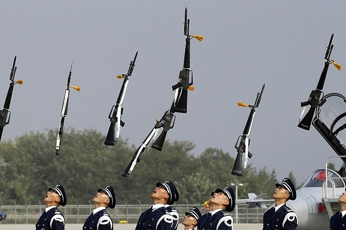 Binh lính thuộc Không quân Hàn Quốc trong triển lãm hàng không quốc tế ở Cheongju, Hàn Quốc
