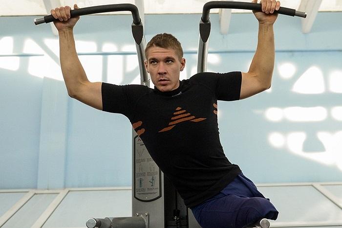 Vận động viên khuyết tật Biathlete Alexei Bychenok luyện tập cho giải Paralympic toàn Nga