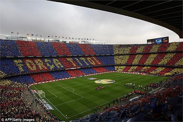 Trước giờ bóng lăn, 'chảo lửa' Nou Camp rực rỡ sắc màu cùng thông điệp gửi tới cựu HLV Barca, Tito Villanova - người đang chiến đấu với căn bệnh ung thư.