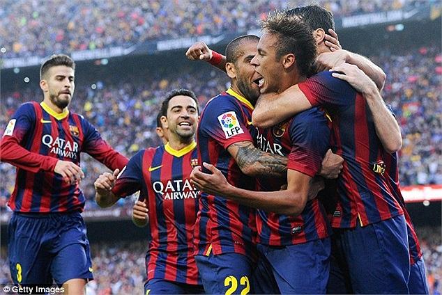 Các đồng đội ăn mừng cùng Neymar.