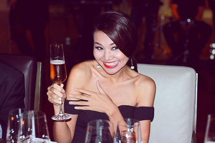 Bỏ qua những ồn ào đó, tối qua, xuất hiện trong sự kiện ra mắt nhà hàng French Grill tại khách sạn JW Marriott Hanoi, Thanh Hằng vẫn rạng rỡ và xinh đẹp.