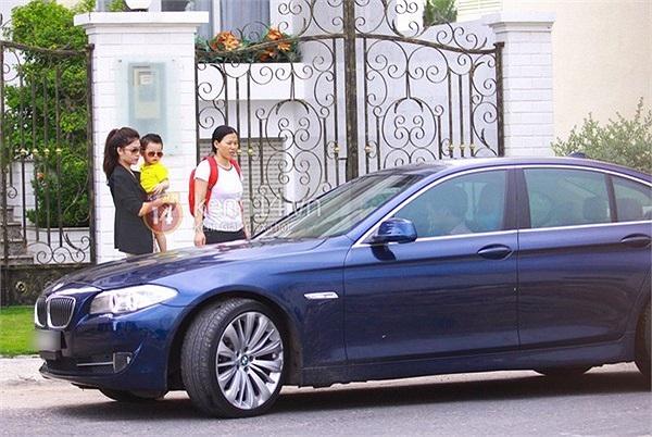 Trong những ngày gần đây, gia đình Đăng Khôi thường xuất hiện cùng một chiếc xe BMW màu xanh đen.