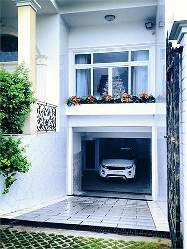 Chia sẻ trên trang cá nhân, Đăng Khôi từng khoe một chiếc Range Rover màu trắng đậu ngay trong gara nhà mình.