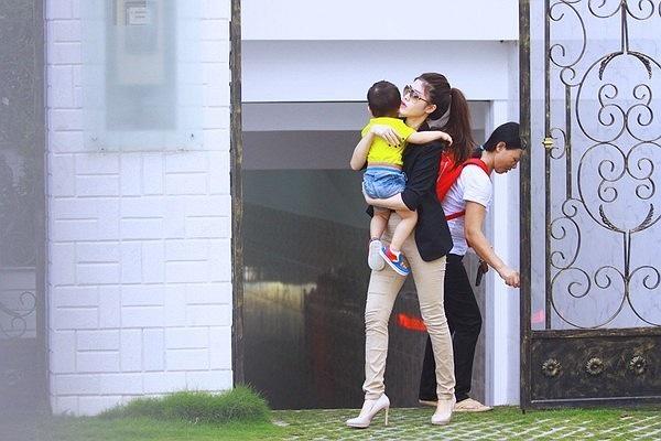 Hình ảnh vợ sắp cưới của Đăng Khôi bế con trai rời nhà được đăng tải trên nhiều trang báo mạng cách đây vài ngày.