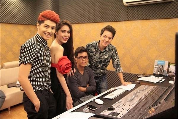 Những ca sỹ tên tuổi của showbiz Việt như Hồ Ngọc Hà, Thủy Tiên, Noo Phước Thịnh... đều là khách quen của phòng thu Đăng Khôi.