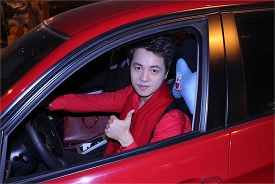 Đăng Khôi từng cầm lái rất nhiều chiếc xế sang trọng và có giá lên tới hàng tỷ đồng. Gần đây nhất, Đăng Khôi sắm chiếc Mercedes có giá 3 tỷ đồng. Theo một số nguồn tin, anh là người đầu tiên sở hữu dòng xe này ở Việt Nam.