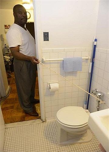 Ông Michel Pierre, 58 tuổi, sống tại New York - Mỹ, đang nhấn xả nước thì bất ngờ chiếc bồn cầu phát nổ, gây thương tích nặng cho ông.