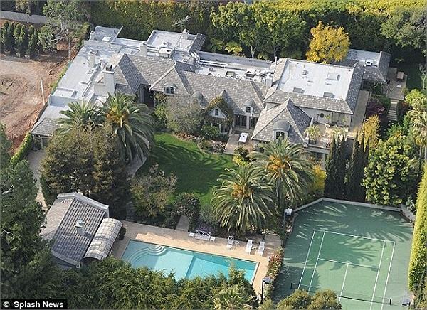 Căn biệt thự ở thành phố Beverly Hills – California được 'nữ hoàng nhạc pop' Madonna tậu vào năm 2003 với mức giá không hề mềm 14 triệu USD.