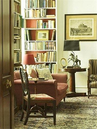 Một phòng vẽ tranh rộng gần 50 m2. Trần nhà được lợp gỗ và một khu vườn rộng tới 3.000 m2.
