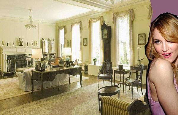 Phòng khách được bố trí nhiều cửa để tạo không khí thoáng đãng và tận dụng triệt để ánh sáng mặt trời. Tin: Hà Trần
