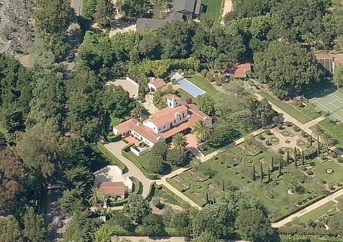 Tòa lâu đài nằm tại Montecito, California, Mỹ này cũng thuộc quyền sở hữu của Schmidt.