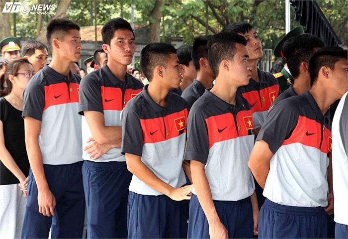 Ngực áo các cầu thủ mang băng tang và huy hiệu Đại tướng Võ Nguyên Giáp