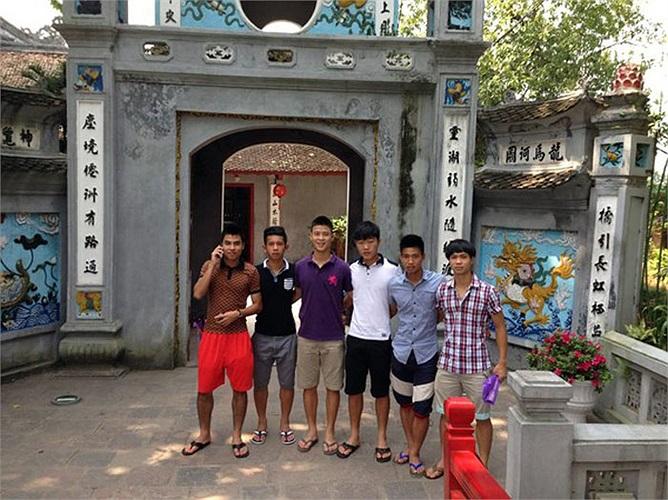Cả đội tranh thủ đi thăm đền Ngọc Sơn