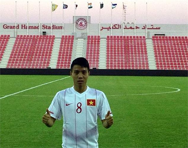 Tuyển thủ Ngọc Duy pose ảnh chia tay Qatar