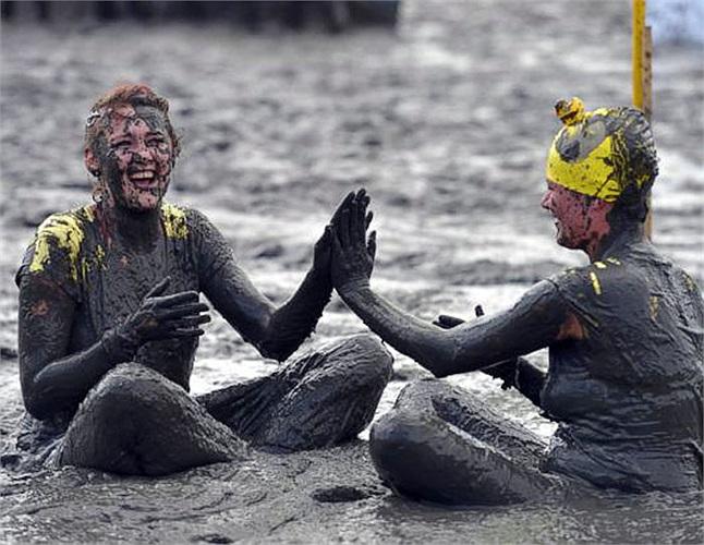 Những người tham gia tỏ ra cực kỳ thích thú với các màn so tài trên bùn