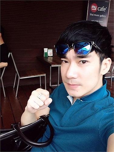 Quang Hà tạo dáng chụp ảnh nhắng nhít.