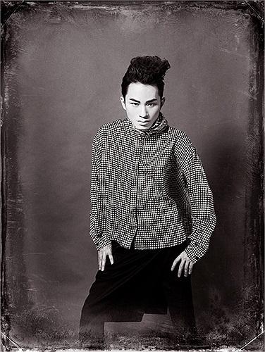 Tùng Dương và phong cách thời trang khá 'dị' trong bộ ảnh mới.