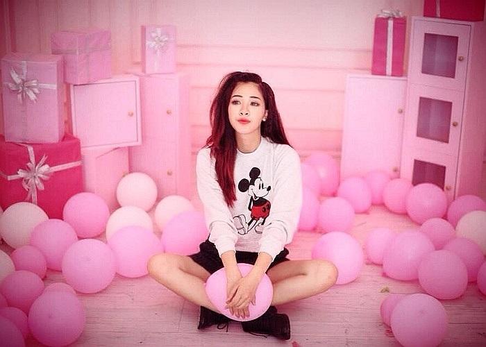 Hotgirl Hà Min giữa ngôi nhà màu hồng ngập tràn bóng bay.