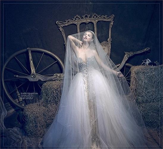 Hồng Quế lạ lẫm khi diện váy cưới.