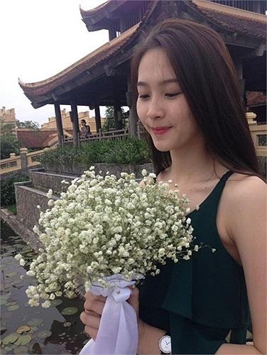 Hoa hậu Thu Thảo dịu dàng.