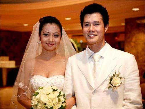 Sau khi giành danh hiệu Hoa hậu châu Á tại Mỹ năm 2006, Jennifer Phạm kết hôn với ca sỹ Quang Dũng vào năm 2007 khi họ cùng tham gia đóng phim 'Những chiếc lá thời gian' tạo thành cặp đôi vàng của showbiz Việt.
