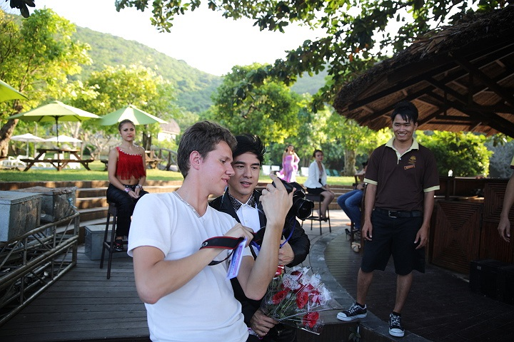 Ngay cả một chàng trai Nga cũng hâm mộ tiếng hát Đan Trường và chụp ảnh 'tự sướng' với anh.