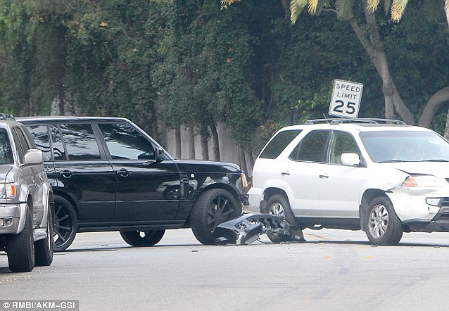 David Beckham lái chiếc Range Rover thể thao đâm vào một chiếc xe Acura 4x4 màu trắng do một người phụ nữ điều khiển.