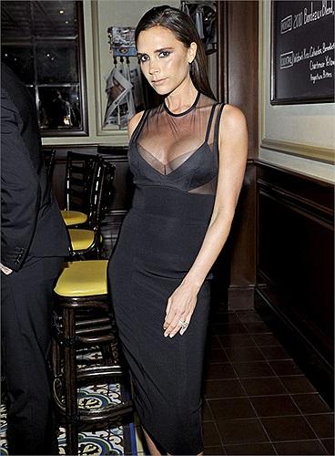 Bộ váy khoe khóe vòng 1 nảy nở của Victoria Beckham