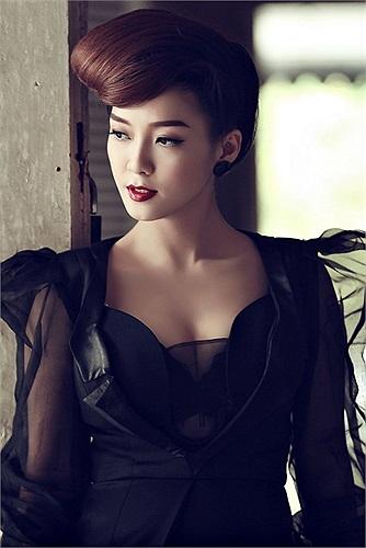 Đinh Hương xinh đẹp và kiêu sa trong MV qua các bộ trang phục của nhà thiết kế Quỳnh Paris đã thiết kế riêng cho Đinh Hương.