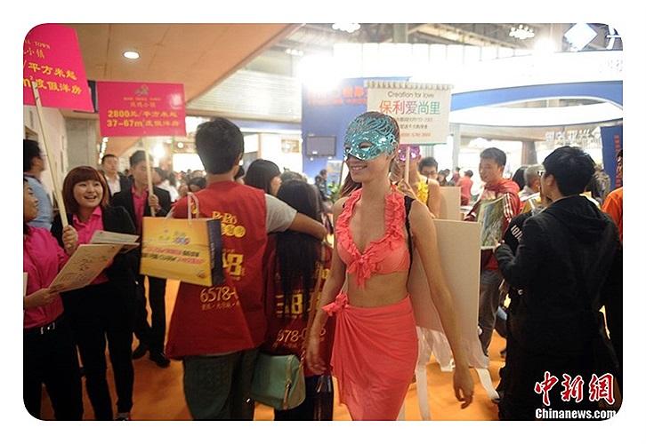 Cô gái mặc bikini quảng cáo tại hội chợ nhà ở.