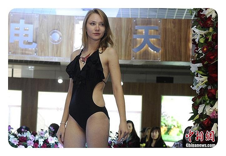 Người mẫu nước ngoài mặc bộ đồ bơi này cũng quảng cáo cho một công ty tại hội chợ nhà ở (Trường Xuân, tỉnh Cát Lâm vào ngày 11/10)