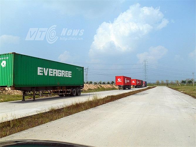 Do khu dân cư không hoạt động nên đường xá có khi là trạm dừng chân của các loại xe container