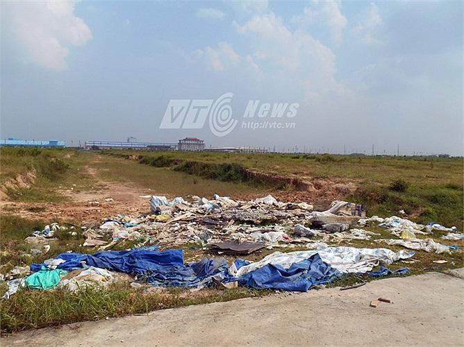 Rác thải trong bãi đất bỏ hoang