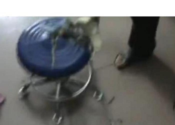 Liu Xiao, anh cô gái kể lại rằng, sau khi tắm xong, em gái của tôi trở ra ngoài và ngồi trên chiếc ghế để sấy tóc. Bất ngờ, chiếc ghế phát nổ văng ra nhiều mảnh vỡ.