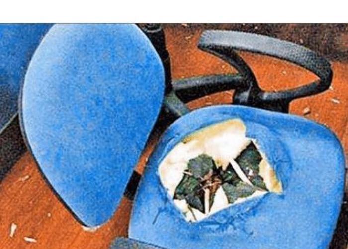 Theo điều tra, ống xi lanh khí để điều chỉnh độ cao thấp được gắn trong chiếc ghế bất thình lình phát nổ, ghim thẳng vào người cậu bé, gây tử vong.