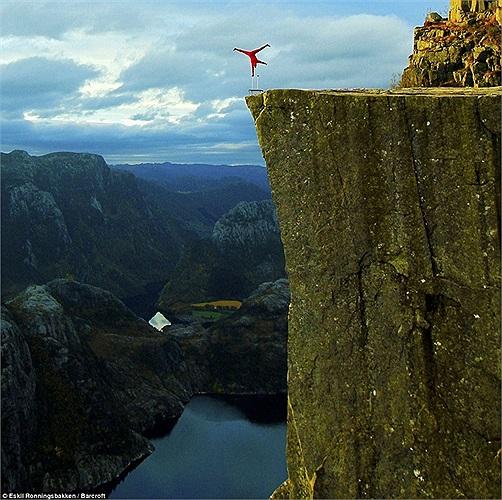 Eskil Ronningsbakken thực hiện thử thách trên vách đá Lysefjord.