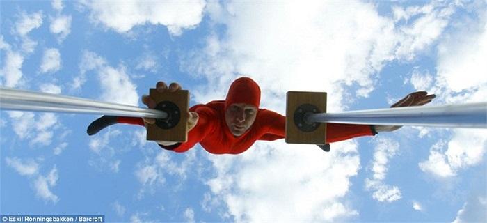 Eskil cho biết anh đạt kỷ lục thế giới khi chống cơ thể bằng một tay ở độ cao lớn nhất.
