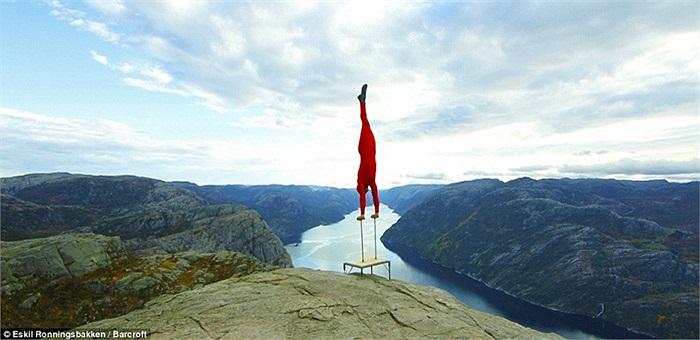 Eskil Ronningsbakken bắt đầu biểu diễn từ khi 5 tuổi và kiên trì tập luyện để tăng dần độ cao và mức khó.