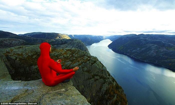 Ronningsbakken thực hiện các động tác yoga trên vách đá Preikestolen cao 604m, nhìn xuống vịnh hẹp Lysefjorden xanh thẳm ở miền tây nam Na Uy.