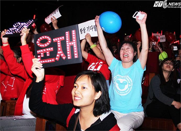 Rất nhiều fan người nước ngoài của JYJ cũng đã tới Việt Nam để xem buổi biểu diễn này.
