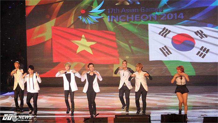 Trong màn giao lưu, JYJ hướng dẫn các fan nhảy điệu nhảy đáng yêu trong MV Only One
