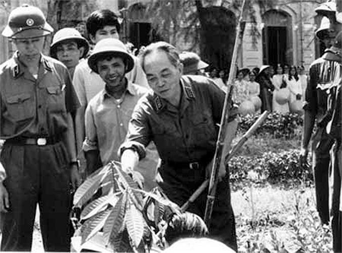 Đại tướng Võ Nguyên Giáp trồng cây tại Trường Quốc học Huế