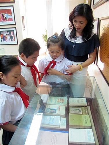 Cô trò trường bên tủ sách Đại tướng tặng Nhà trường.