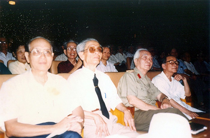 Giáo sư Nguyễn Thúc Hào, Đại tướng Võ Nguyên Giáp, Thiếu tướng Nguyễn Trường Châu - Chủ tịch Hội đồng hương Thừa Thiên Huế tại Hà Nội, nhà báo Lê Bá Thuyên trong cuộc họp Quốc học Huế tại Hà Nội.