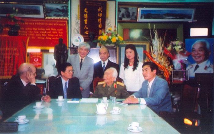 Đại tướng Võ Nguyên Giáp tiếp Thầy Hiệu trưởng trường Quốc học Huế Nguyễn Chơn Đức bên phải Đại tướng và thầy Hiệu phó Nguyễn Đình Thí bên trái Đại tướng cùng Ban liên lạc Cựu học sinh Quốc học Huế.