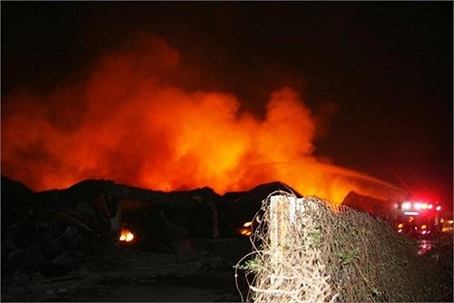 Ngọn lửa kinh hoàng đã thiêu cháy toàn bộ 2 xưởng bỉm và xưởng giấy thuộc công ty Diana Việt Nam...