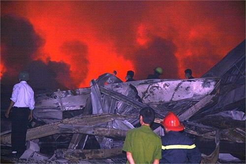 Lửa bùng lên từ xưởng giấy thành phẩm, nguyên liệu dễ bén lửa nên khi cháy lửa bùng lên nhanh, lan ra toàn bộ các xưởng xung quanh...