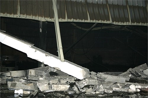 Ở xưởng giấy, nơi bùng lên ngọn lửa, đến 19h 45 tối ngày 25/10, lực lượng cứu hỏa đã khống chế được ngọn lửa nhưng chỉ còn lại những đống đổ nát.
