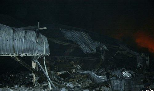 Toàn bộ khu xưởng sụp đổ