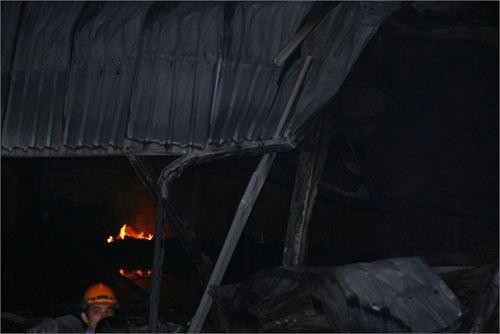 Những đám lửa vẫn âm ỉ cháy bên trong.